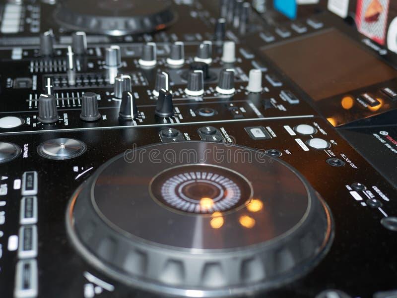 合理的混合的控制台细节,关闭  DJ专业音乐控制台 黑混音器控制器广角照片与瘤的 免版税图库摄影