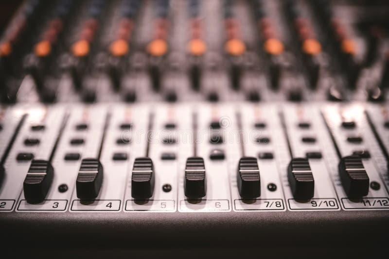 合理的演播室录音设备、音乐搅拌器控制在音乐会或党在夜总会 对照片的软的作用 免版税库存图片