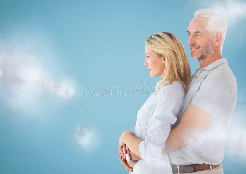 结合看到左边反对与云彩的蓝色背景 库存图片