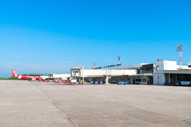 合艾有到达的亚洲航空飞机的国际机场 免版税库存照片