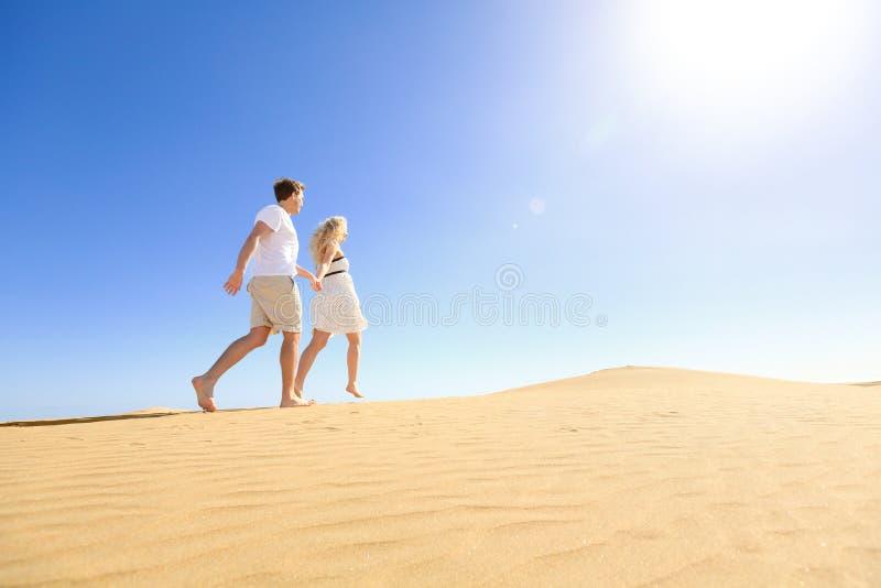 结合获得的赛跑握手的乐趣在太阳下 免版税库存照片