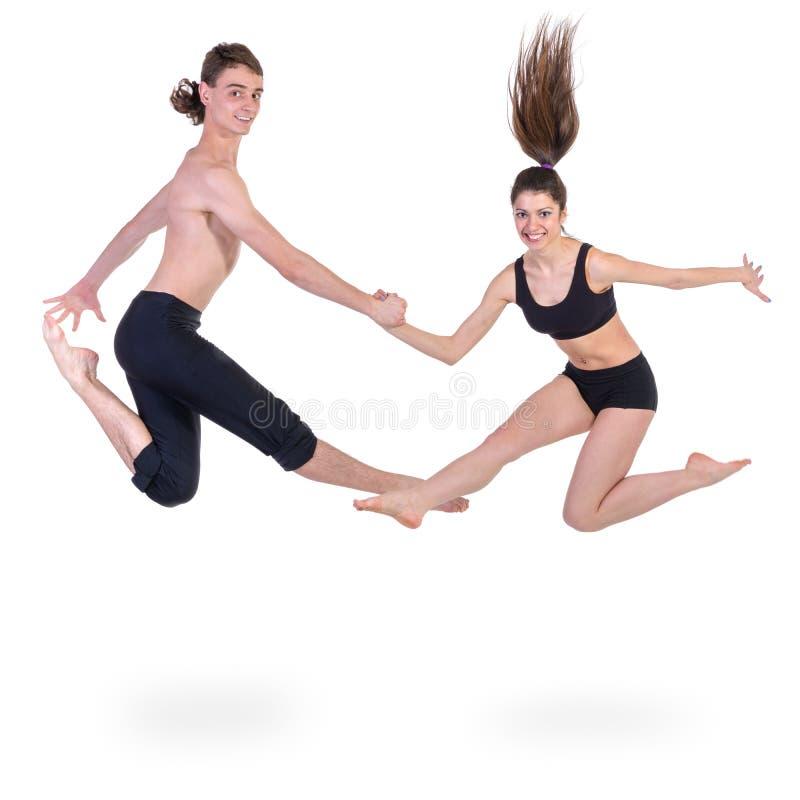 结合行使健身的男人和妇女跳跃  库存照片