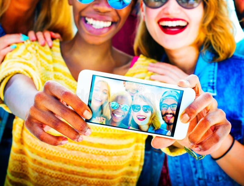 结合Selfie概念的不同的夏天朋友乐趣 免版税图库摄影
