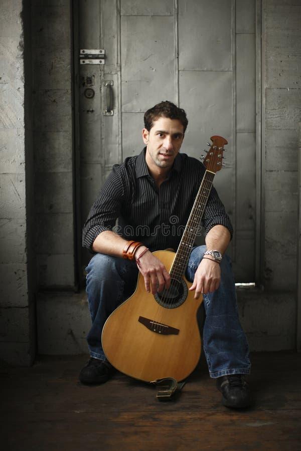吉他他的人 免版税库存照片
