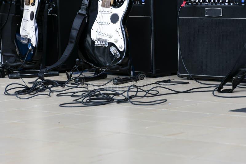 吉他位于音乐厅的中心 并且amp 图库摄影