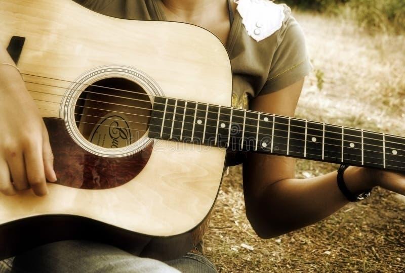 吉他使用少年 免版税库存照片