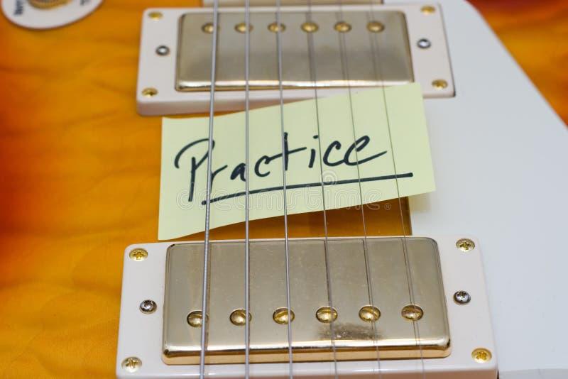 吉他实践 免版税库存照片