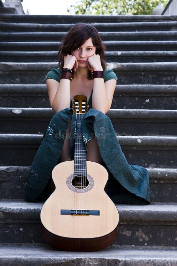 吉他弹奏者年轻人 图库摄影