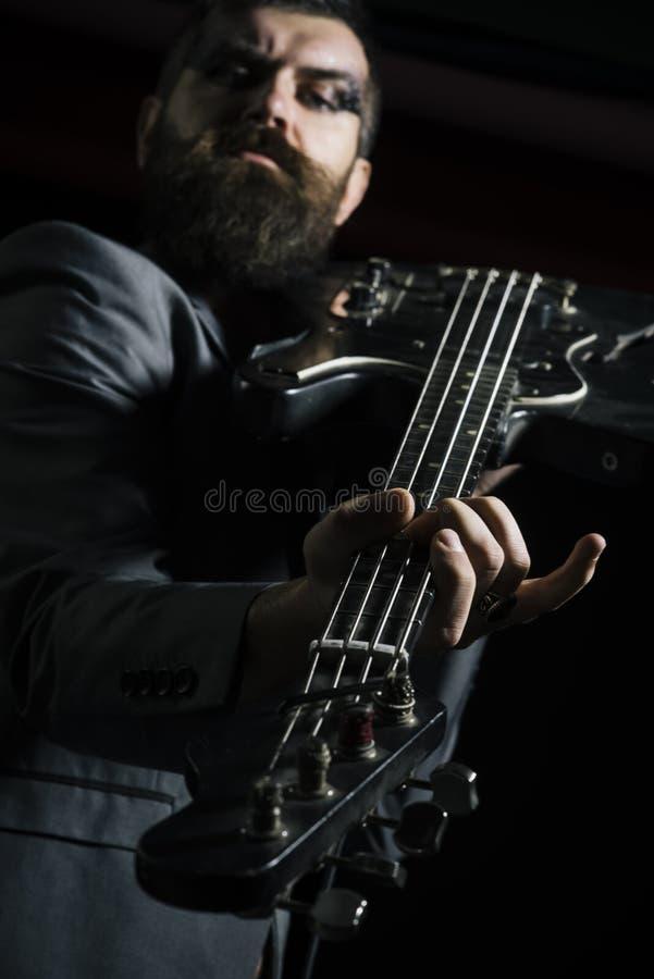 吉他弹奏者或吉他演奏员 吉他弹奏者戏剧吉他弦 电吉他吉他弹奏者 摇滚乐吉他弹奏者原因 免版税图库摄影