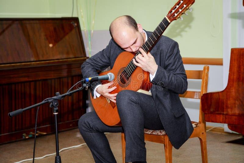 吉他弹奏者执行乐章并且放他的灵魂入它 库存图片