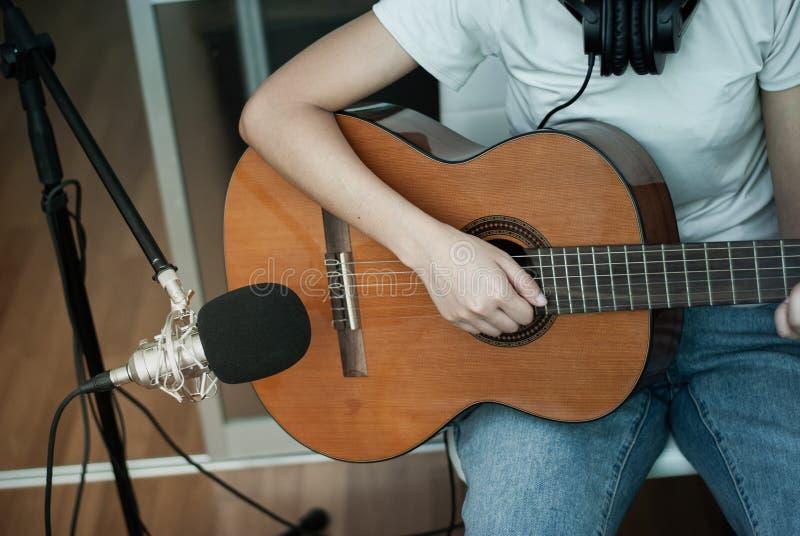 吉他弹奏者演奏在吉他的流行音乐 免版税库存照片