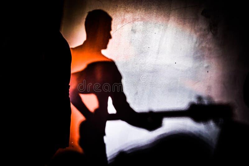 吉他弹奏者的阴影,作梦成为吉他弹奏者 免版税库存照片