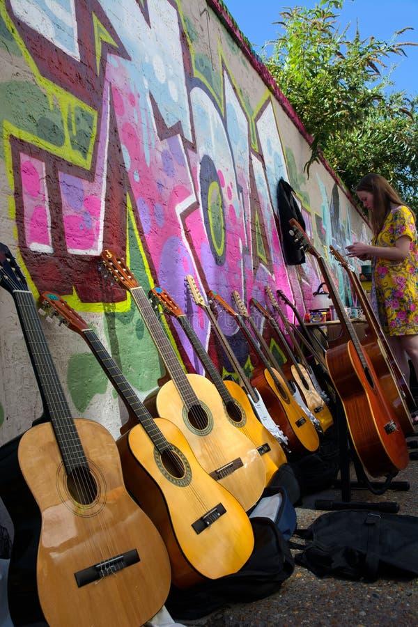 吉他待售在室外市场上 免版税库存图片
