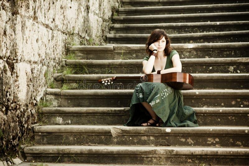吉他执行者年轻人 图库摄影