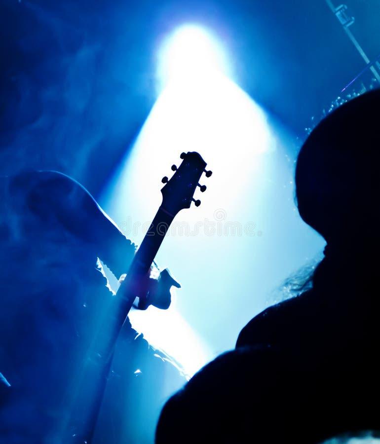 吉他演奏员剪影 免版税库存图片