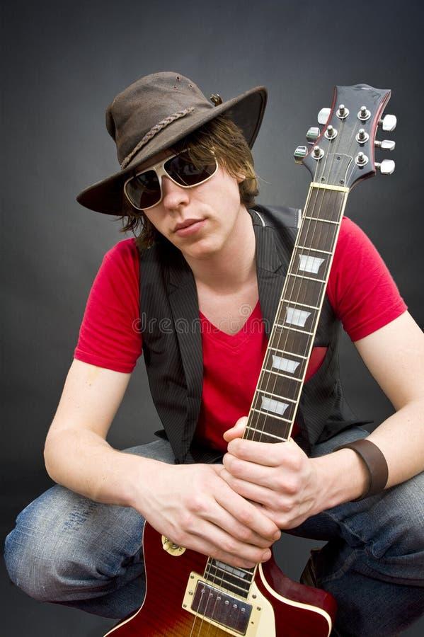 吉他演奏员年轻人 免版税库存图片
