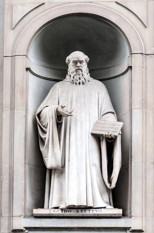 吉多d'Arezzo雕象在乌菲齐胡同在佛罗伦萨,意大利 库存照片
