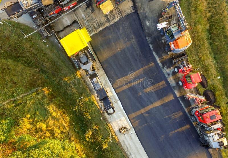 吉夫霍恩,德国,9月18日 2016年:新的沥青被应用于老路工地工作的航空摄影 库存图片