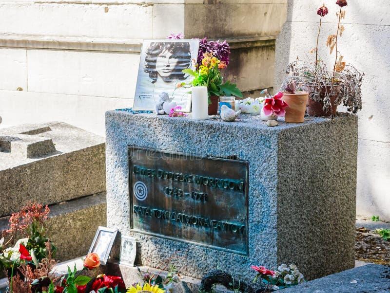 吉姆・莫里森坟墓在Pere-Lachaise公墓,巴黎 数千爱好者和每年好奇访客来付尊敬到吉姆 免版税库存照片