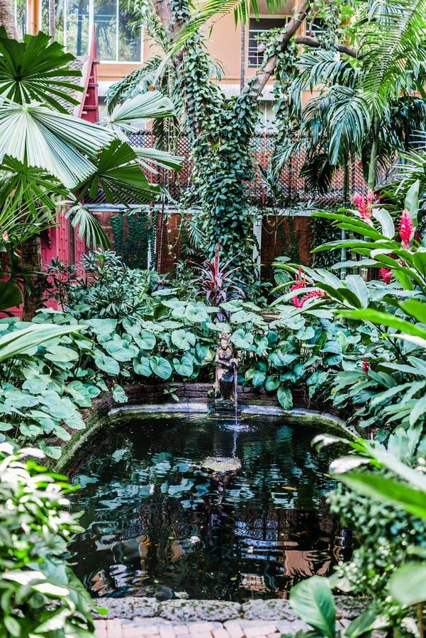 吉姆汤普森议院博物馆庭院喷泉曼谷泰国 图库摄影