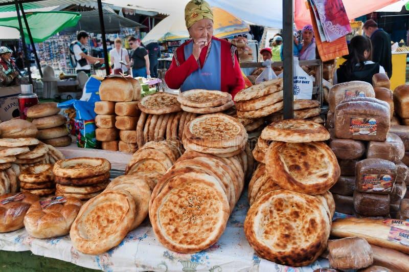 吉尔吉斯在星期天市场上的面包tokoch在Bosteri 伊塞克湖 吉尔吉斯斯坦 库存照片