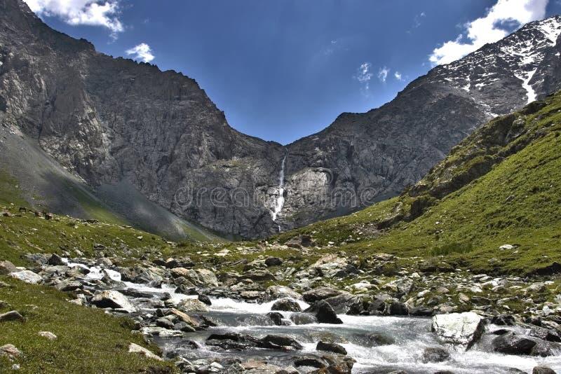 吉尔吉斯斯坦瀑布 图库摄影