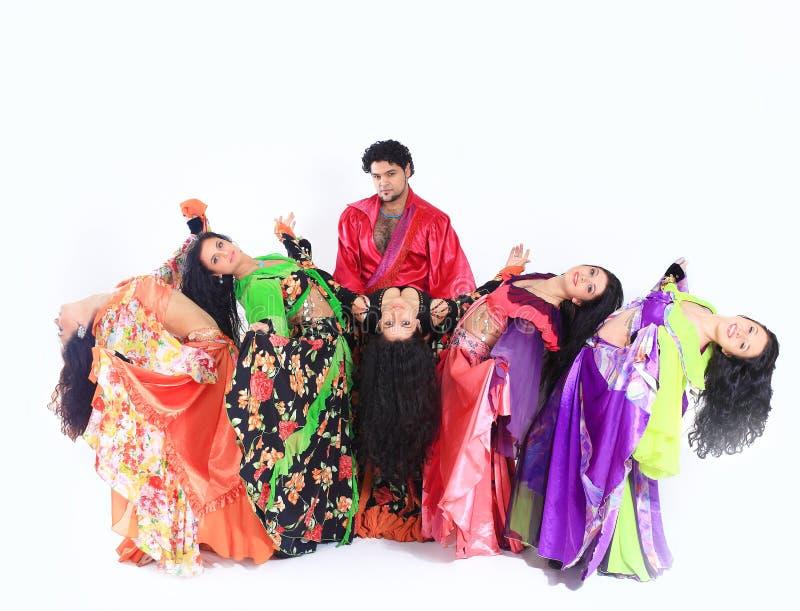 吉普赛人专业舞剧团传统礼服的进行民间舞 库存照片