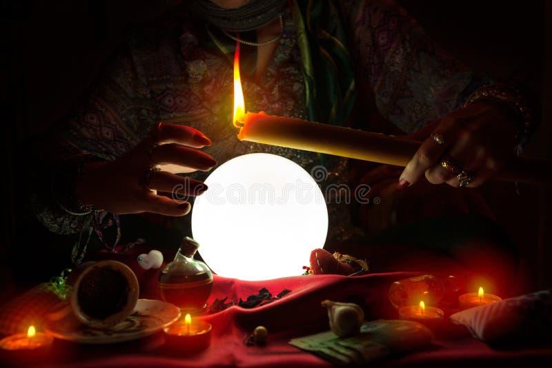 吉普赛妇女在她的手上的举蜡烛 库存照片