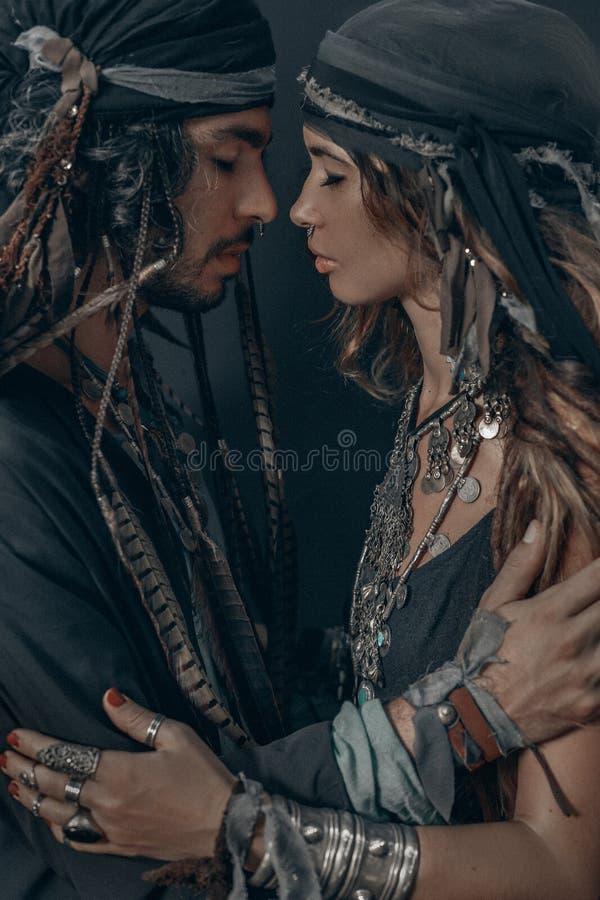 时髦的时兴的年轻帅哥和妇女 吉普赛时尚概念 库存照片