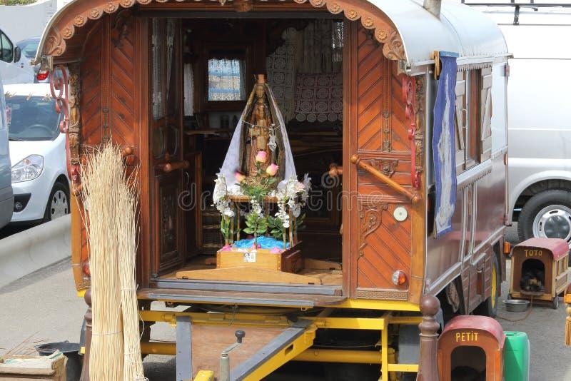 吉普赛有蓬卡车在Saintes Maries de la梅尔,法国 免版税库存图片