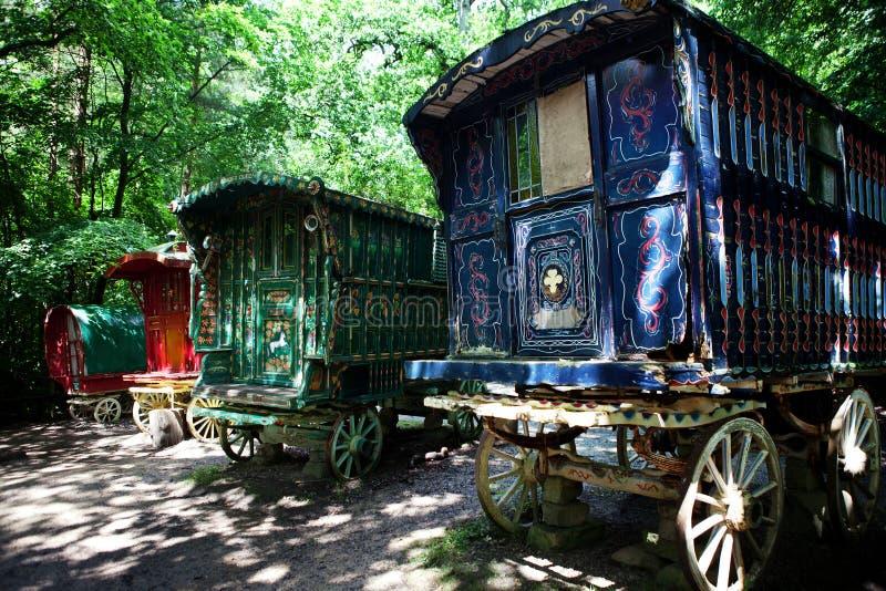 吉普赛有蓬卡车森林购物车 免版税库存照片