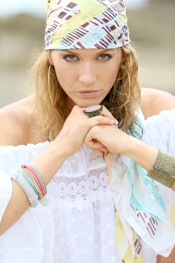 吉普赛样式衣物的时髦的妇女 图库摄影