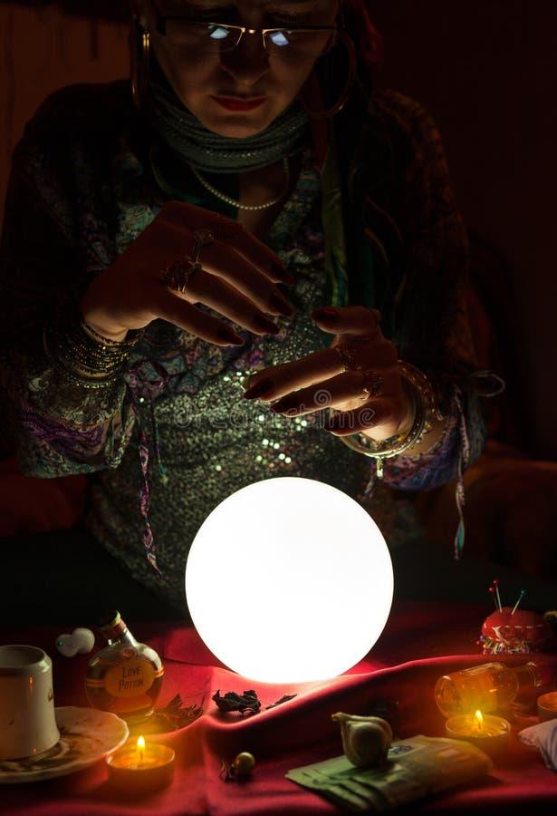 吉普赛算命者妇女和水晶球 库存图片