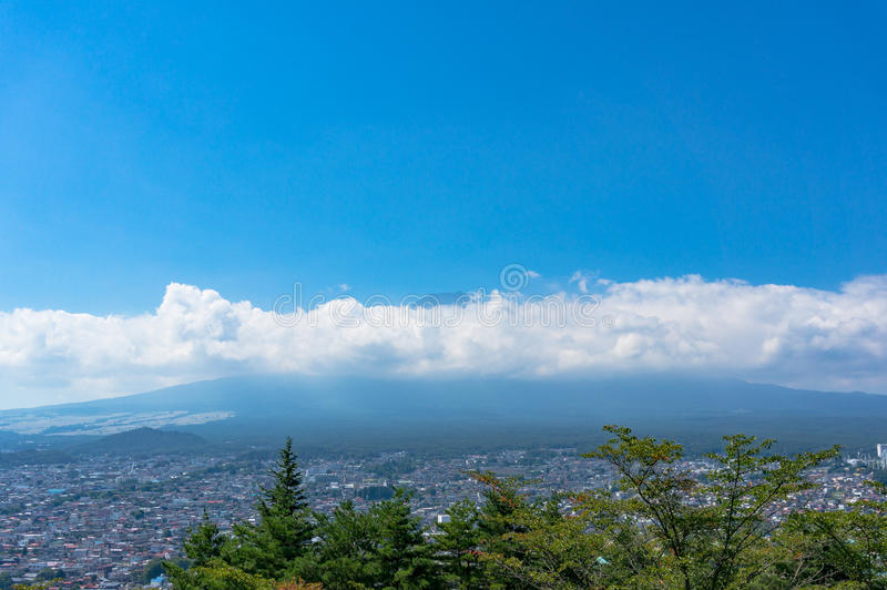 吉田市镇和富士山鸟瞰图锐化在clou的 图库摄影