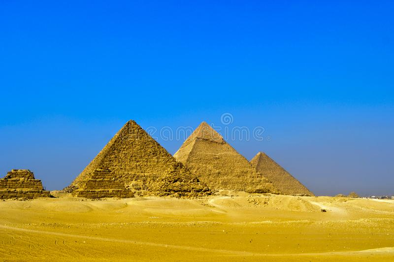 吉萨棉伟大的金字塔在有狮身人面象和骆驼的埃及开罗 免版税库存照片