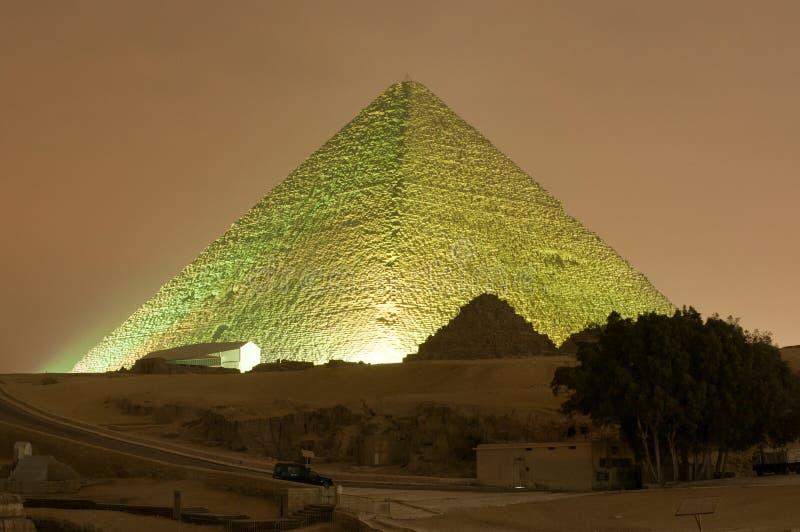 吉萨棉金字塔和狮身人面象光展示在晚上-开罗,埃及 免版税库存照片