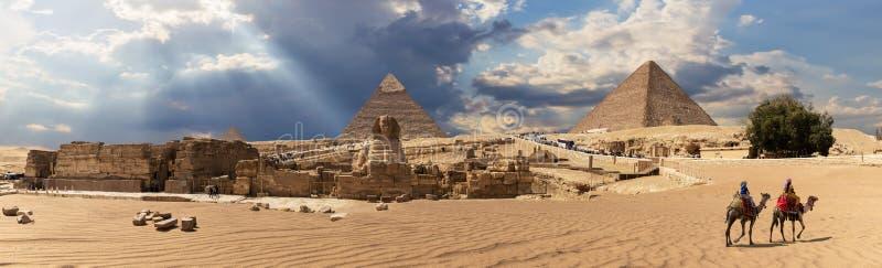 吉萨棉金字塔复合体在埃及,阴天视图的全景 免版税图库摄影