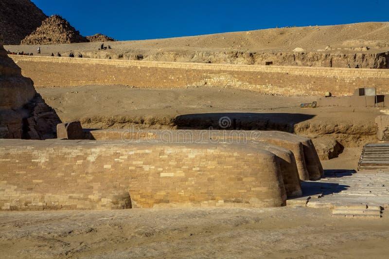 吉萨棉,开罗,埃及伟大的狮身人面象的前面爪子  库存图片