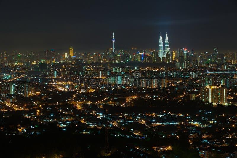 吉隆坡市地平线在晚上,从Jalan Ampang的看法在吉隆坡,马来西亚 免版税库存照片
