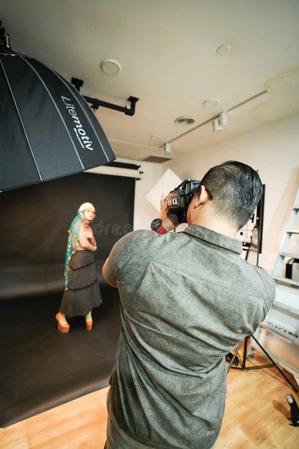 吉隆坡,马来西亚–2018年11月3日:学会创造性的画象的小组摄影师在射击的照片期间  图库摄影