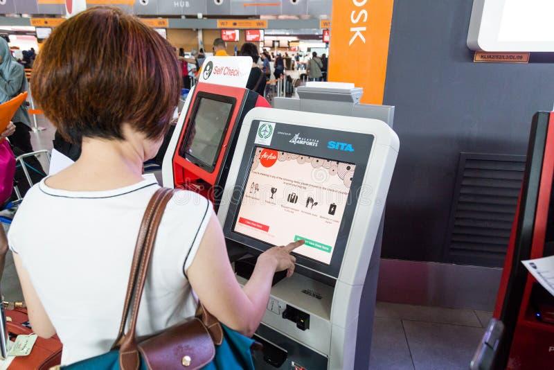 吉隆坡,马来西亚, 2018年6月18日:乘客使用convenien 库存图片