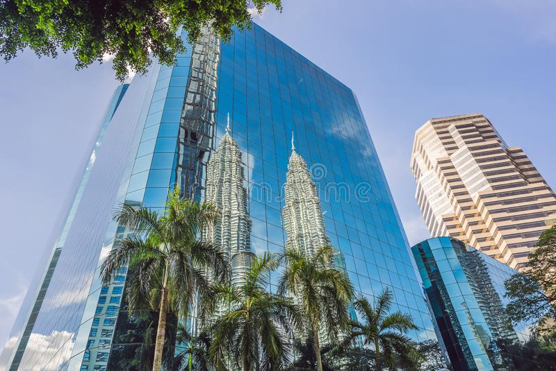 吉隆坡,马来西亚- 03 26 2019年:双峰塔,吉隆坡标志摩天大楼  反映在 库存照片