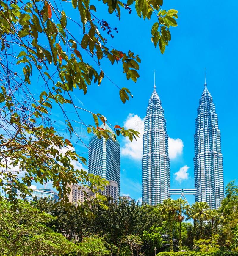 吉隆坡,马来西亚- 2018年2月16日:天然碱双塔的看法反对天空蔚蓝的 户外重点有选择性的射击 免版税库存照片