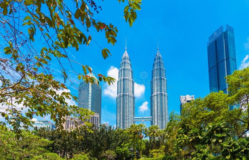吉隆坡,马来西亚- 2018年2月16日:天然碱双塔的看法反对天空蔚蓝的 户外重点有选择性的射击 库存照片