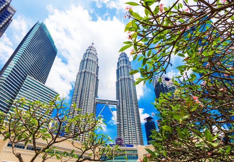 吉隆坡,马来西亚- 2018年2月16日:天然碱双塔的看法反对天空蔚蓝的 户外重点有选择性的射击 免版税库存图片