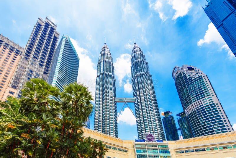 吉隆坡,马来西亚- 2018年2月16日:天然碱双塔的看法反对天空蔚蓝的 户外重点有选择性的射击 库存图片
