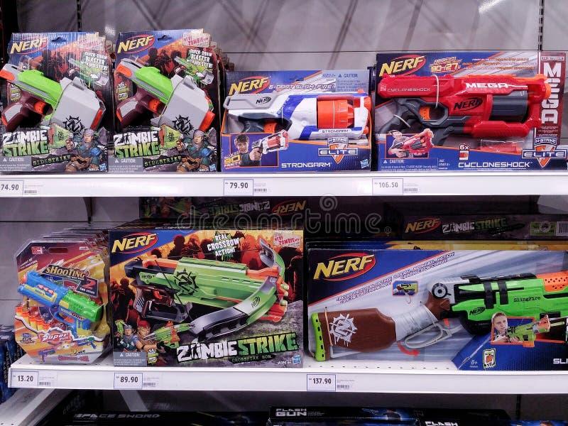 吉隆坡,马来西亚- 2017年5月20日:Nerf玩具品种在超级市场的 免版税图库摄影
