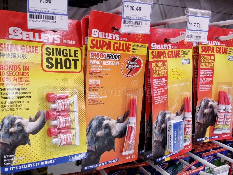 吉隆坡,马来西亚- 2017年5月26日:Selleys Supa胶浆产品被展示在超级市场走道 Selleys是澳大利亚公司 免版税库存图片