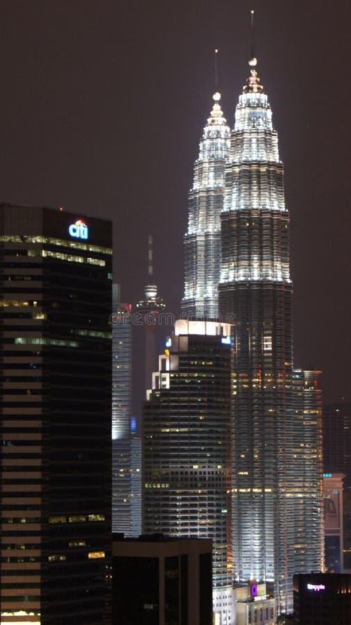 吉隆坡,马来西亚- 4月13 :双峰塔和城市夜场面的 库存照片