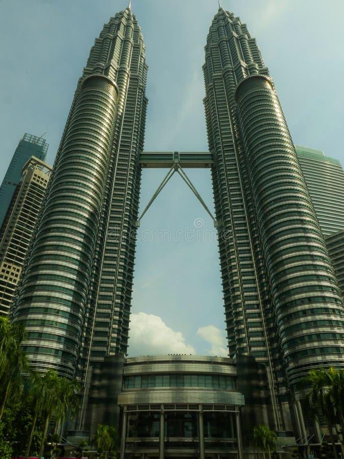 吉隆坡/马来西亚:印象深刻的天然碱双塔和桥梁的看法在吉隆坡KLCC地区 库存图片